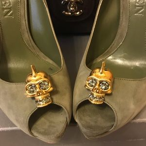 Alexander McQueen gold skull swarovski olive pump